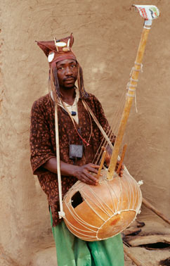 E. DEN OTTER / KIT TROPENMUSEUM Above: The largest of the banjo ancestors is the kora of the Mandinka people in today's Senegal, Guinea-Conakry and Gambia. It traditionally uses 21 strings and a large calabash-gourd body.
