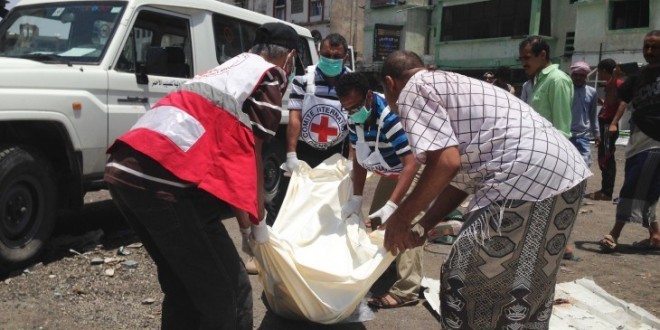 Staff from the ICRC and the Yemeni Red Crescent Society (YRCS) help to collect and transport the bodies of people who died due to fighting. / CC BY-NC-ND/ICRC/O. Chassot