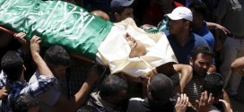 Mourners carry the body of Palestinian man Falah Abu Marya, 53, during his funeral in the village of Beit Ummar near the West Bank city of Hebron July 23, 2015 © 2015 Reuters